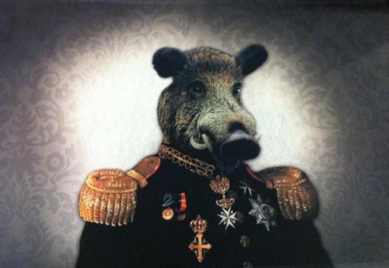 Dörrmatta med motiv: Ett vildsvin i uniform.