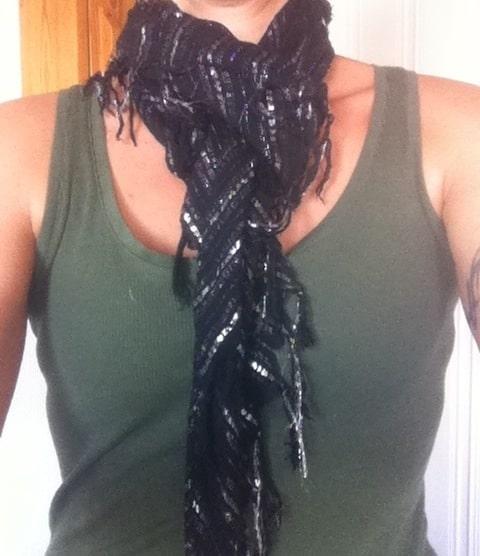 Svart scarf med silvertrådar, inköpt på second hand för 40 kronor.