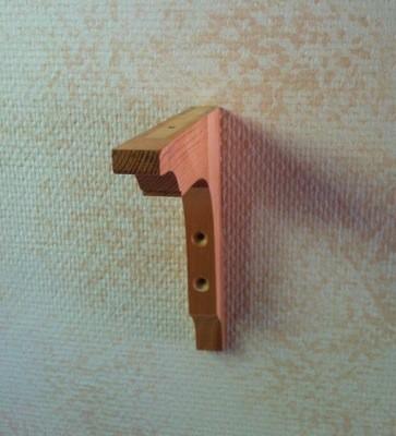 Sockel till vägghängd hylla. Ful aprikosfärgad vägg. Ett inlägg om åskväder, måning och skruvar.