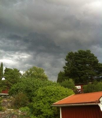 Mörka moln, himmel, åska