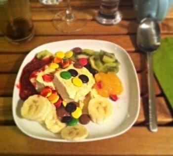 Efterrätt med glass, frukt och godis