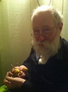 Min pappa med några kastanjer i handen på syrrans altanfest