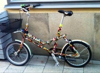 Cykel i roliga färger. Firande och mat.