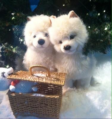Hundar i julskyltningen på Åhléns city