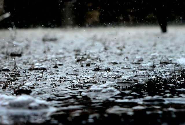Regn, regndroppar på gatan