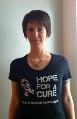 Arga Klara i t-shirt för medvetenhet om Ehlers-Danlos syndrom. Om snygga EDS-prylar.