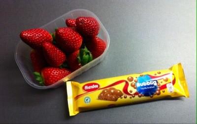 Mjölkchoklad med luftbubblor, bubblig mjölkchoklad och jordgubbar