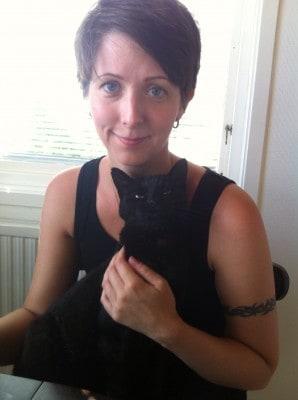 Arga Klara med sin svarta katt Bacon. Att se ut som ett penntroll i håret.