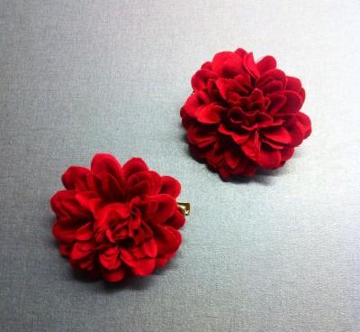 Hårspännen som ser ut som blommor, röda nejlikor