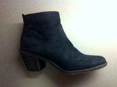 Svarta boots från Deichmann. Nya skor. Stölder i omklädningsrummet på sjukhuset.