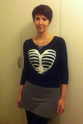 Arga Klara i tröja med bröstkorg. Älska hjärtat!