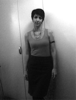 Arga Klara i kjol. Det är arbetskläder, fast snygga sådana!
