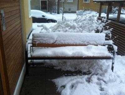 Bänk med snö. Är det tänkt att jag ska sitta här? Jävla mög. Gick upp tidigare än vanligt.