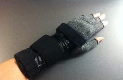 Händer i kompressionsvantar och handledsstöd. Ortoser för händerna.