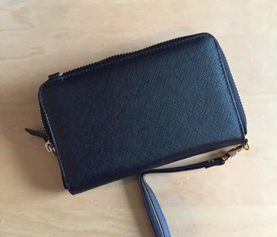 Väska för mobiltelefon med plats för kort och pengar. Inköpt i ett blött Umeå.