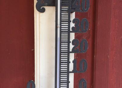 Termometer, varmt. Röda axlar efter en dag i solen.