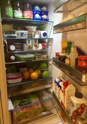 Ett kylskåp fullt med mat efter ett besök på stormarknaden.