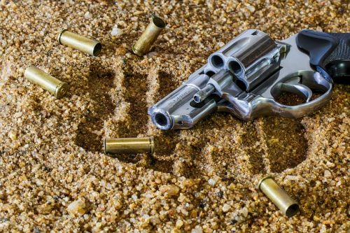 Revolver med patroner, vapen