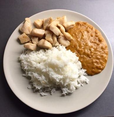 Kyckling satay med ris och jordnötssås