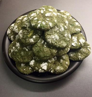 Sega mintchokladcookies med krackelerad yta med florsocker, gröna kakor. Året som gått,