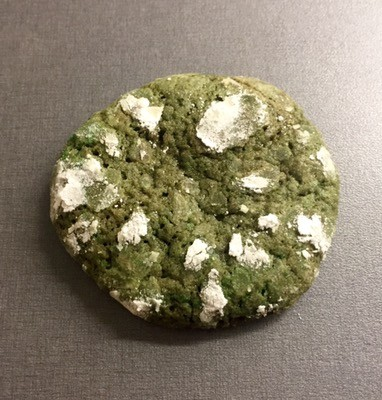 Sega mintchokladcookies med krackelerad yta med florsocker, gröna kakor