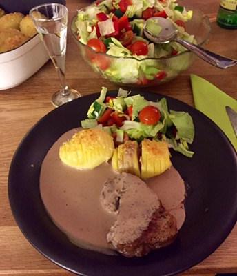 Oxfilé med hasselbackspotatis och pepparsås. Mätt efter nyårsaftons meny!