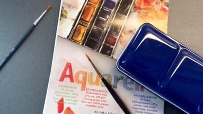Akvarellset, färger och pensel. Har fått en idé!