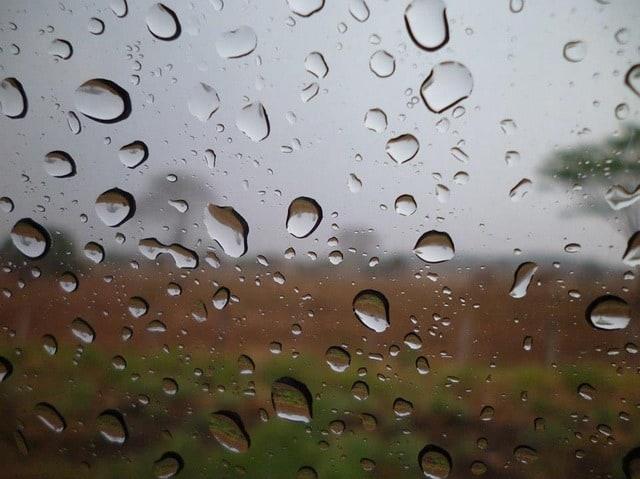 Regndroppar på fönster