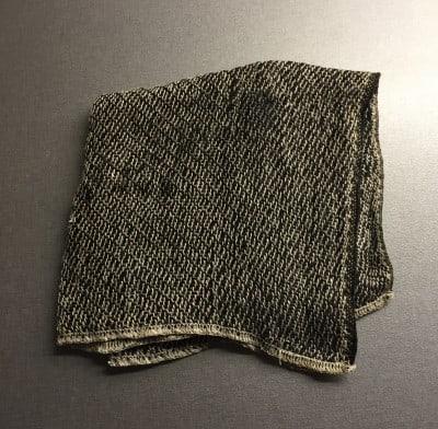 Svart disktrasa i linne från väveri i Hälsingland