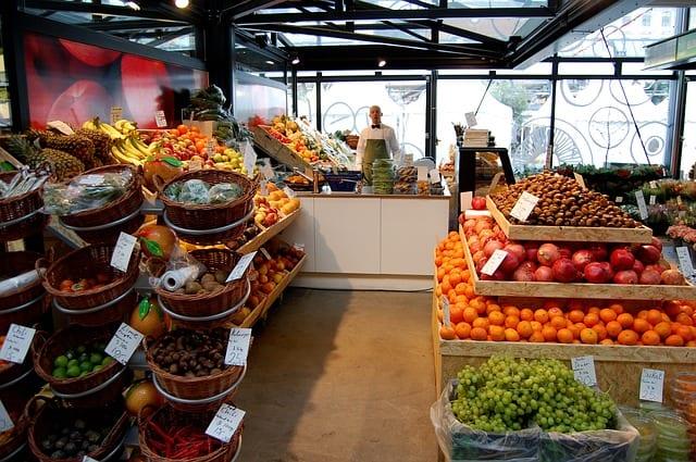 Frukt och grönsaker i en butik