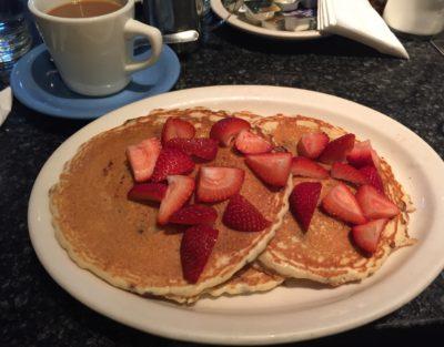 Amerikanska pannkakor med jordgubbar, amerikansk mat.
