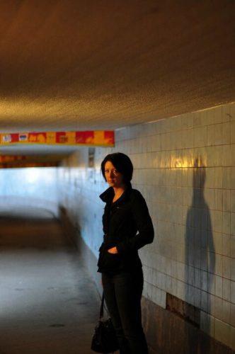 Arga Klara i blå gången på Slussen