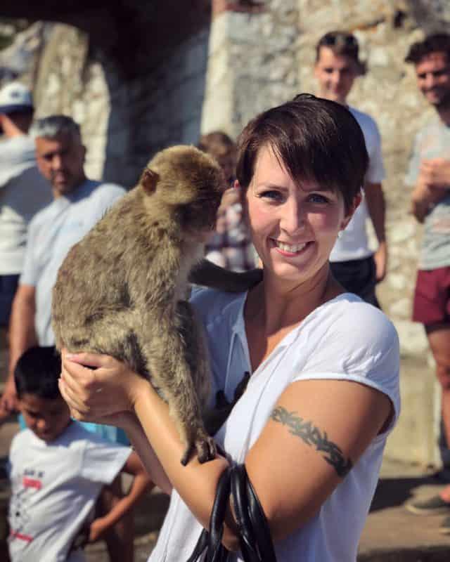 Klara Schmidtz håller i en apa på Gibraltar, Arga Klara