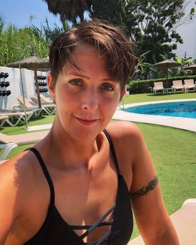 Klara Schmidtz vid poolen på spanska solkusten, Arga Klara