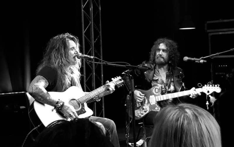 John Corabi och Conny Bloom på Slaktkyrkan, 2019. John Corabi unplugged tour konserter.