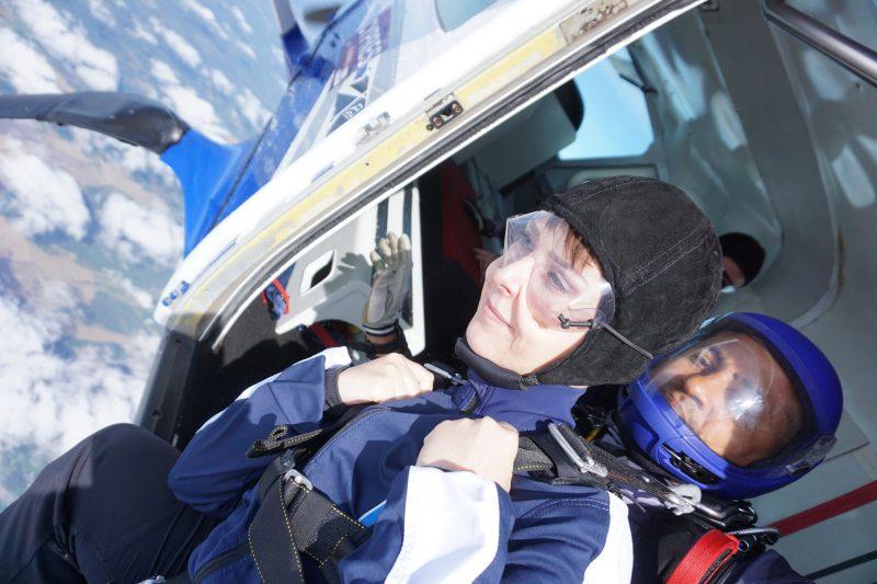 Klara Schmidtz sitter på planet och ska hoppa ut