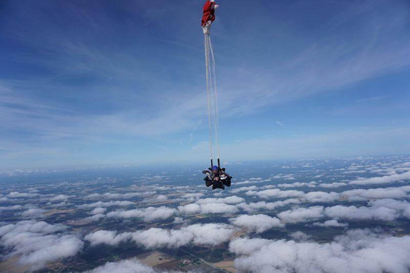 Klara Schmidtz hoppar fallskärm, tandemhopp. Skärmen löses ut.