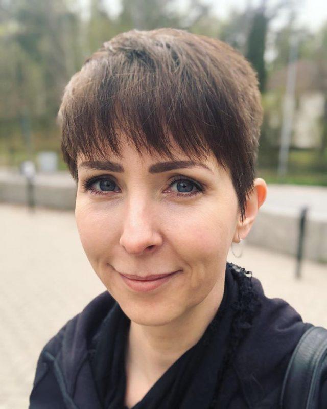 Klara Schmidtz efter att ha klippt sitt eget hår under Corona-krisen