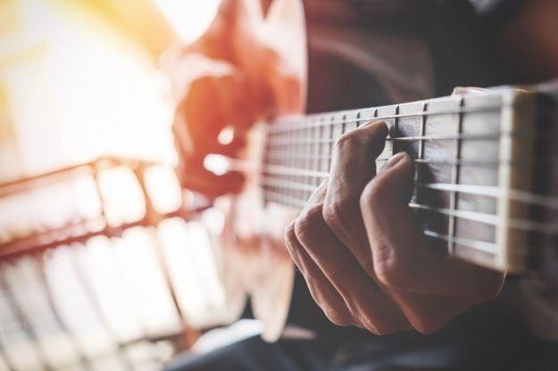 Man spelar gitarr. Kaos i kulturbranschen under pågående Corona-kris.